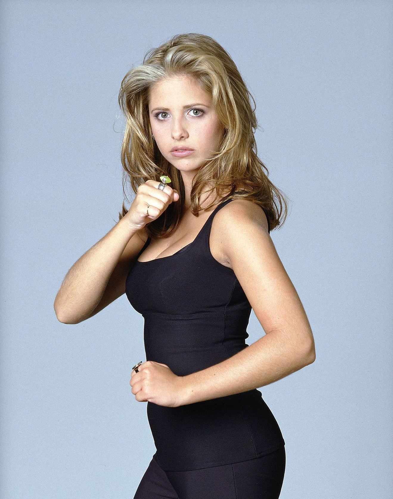 http://dvdbash.files.wordpress.com/2012/02/buffy-sarah-michelle-gellar-s1-51-dvdbash.jpg