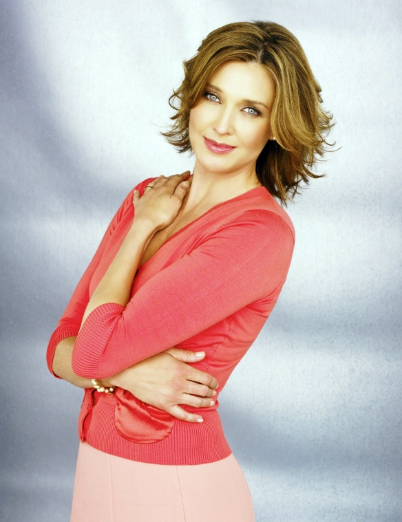 Desperate-Housewives-DVD-S2-Brenda-Strong-Mary-Alice-Young-003-dvdbash
