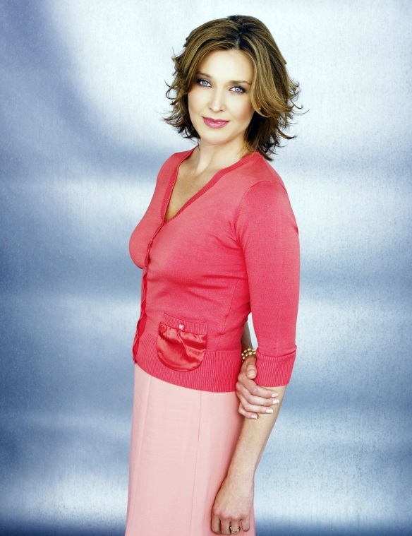Desperate-Housewives-DVD-S2-Brenda-Strong-Mary-Alice-Young-008-dvdbash