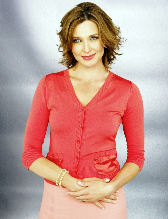 Desperate-Housewives-DVD-S2-Brenda-Strong-Mary-Alice-Young-009-dvdbash