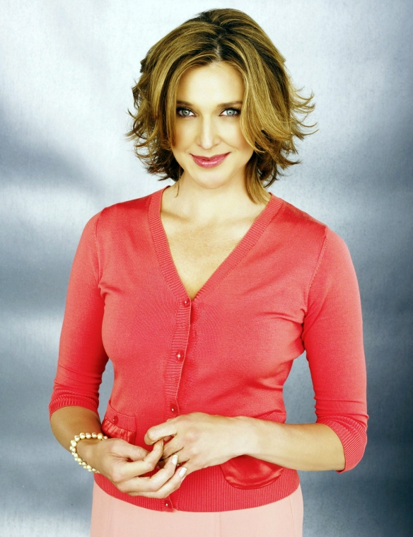 Desperate-Housewives-DVD-S2-Brenda-Strong-Mary-Alice-Young-010-dvdbash